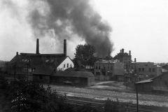 Fabryka-szkła-fabrycznego-i-galanteryjnego-w-Zawierciu-podczas-pożaru-1934